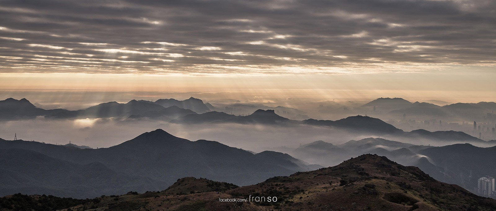 Landscape | Hong Kong | Spectacular | Cloud of sea, crepuscular rays and the Kowloon's mountains. This is one of the most spectacular views from Tai Mo Shan.